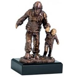 Statuetka Strażak z dzieckiem nr 2020 19,5 cm